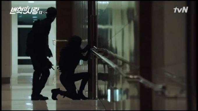 Malam hari, Byun Hyuk dan Joon mengendap-endap masuk ke ruangan Woo Sung.