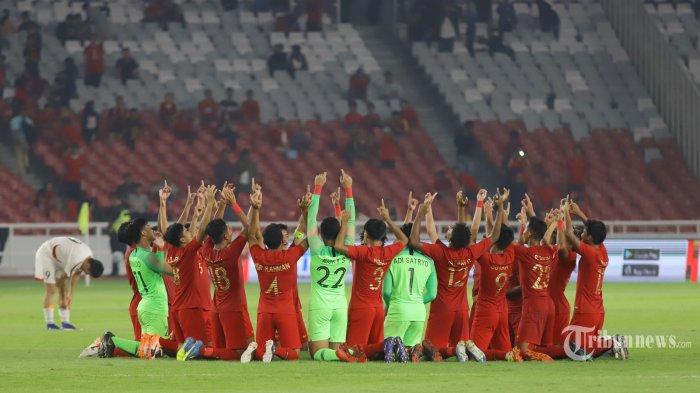 Pemain Timnas Indonesia U19 meluapkan kegembiraan usai menahan imbang Timnas Korea Utara pada pertandingan ketiga kualifikasi Piala Asia U19, di Stadion Utama Gelora Bung Karno, Jakarta, Minggu (10/11/2019). Indonesia berhasil menahan imbang Korea Utara dengan skor 1-1 dan berhak melaju ke putaran final Piala AFC U-19 2020. TRIBUNNEWS/HERUDIN