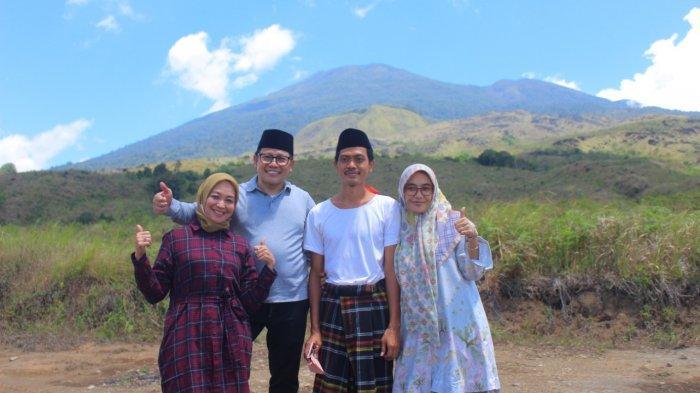 Pengasuh Pesantren Bina Insan Mulia Cirebon, KH. Imam Jazuli, berpose dengan Ketua Umum DPP PKB, Muhaimin Iskandar bersama dengan keluarga.