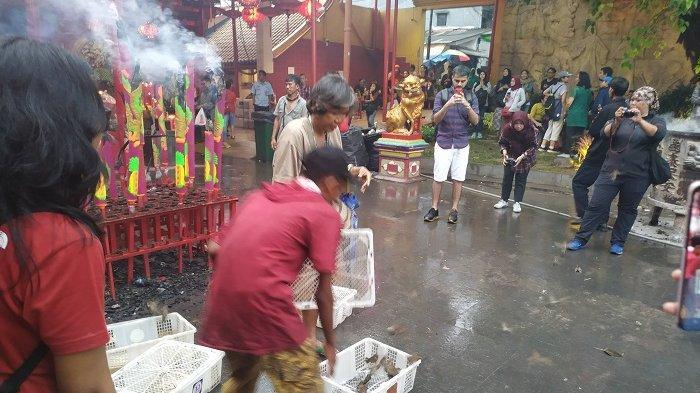 Jemaat Habiskan Rp 3 Juta untuk Budaya Lepas Burung Pipit di Wihara Dharma Bakti