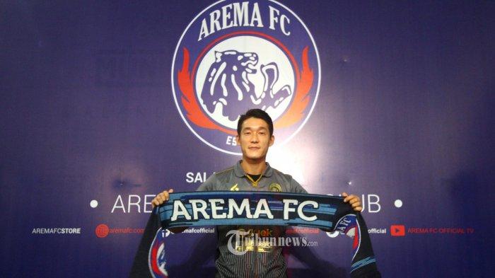 PEMAIN ASING AREMA FC - Gelandang asing Arema FC asal Korea Selatan In Kyuh Oh saat di perkenalkan pada wartawan di Kantor Arema FC, Kamis (16/1/2020). SURYA/HAYU YUDHA PRABOWO