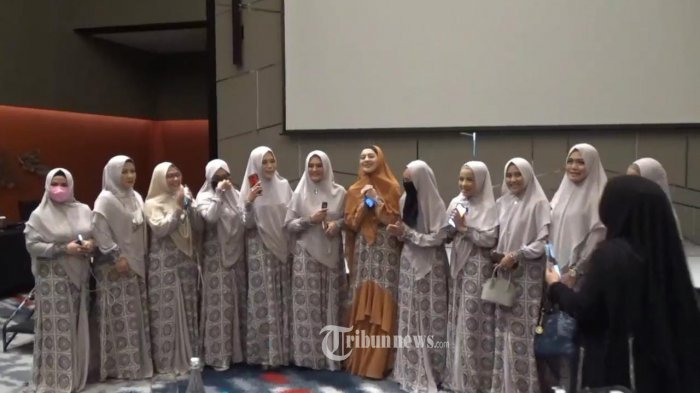 Indah Dewi Pertiwi dan Wiwiek Hatta Gelar Virtual Fashion Show Busana Muslimah.