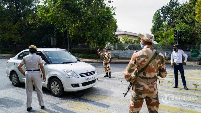 Personel keamanan berjaga-jaga di pos pemeriksaan selama penguncian nasional yang diberlakukan pemerintah sebagai tindakan pencegahan terhadap coronavirus COVID-19 di New Delhi. Kamis (26/3/2020). (AFP/Jewel SAMAD)