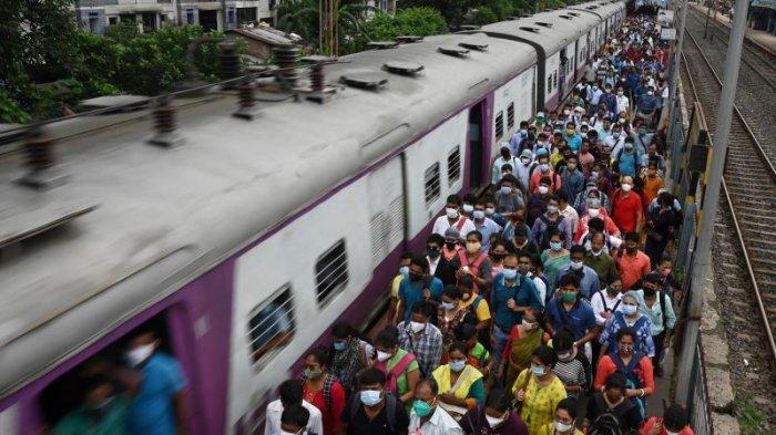 Komuter berjalan di sepanjang peron menyusul pembatasan transportasi umum sebagai bagian dari lockdown untuk mengekang penyebaran Covid-19 di negara bagian Benggala Barat, di Kolkata pada Kamis (1/7).