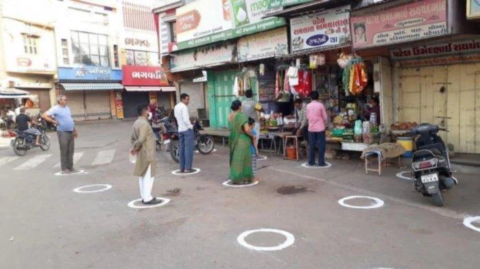 ILUSTRASI - Beginilah Praktik Social Distancing di India Pasca Lockdown