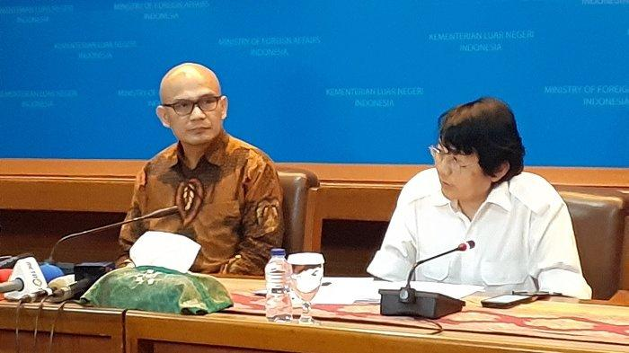Direktur Jenderal Asia Pasifik dan Afrika (Aspasaf) Kemlu RI Desra Percaya (memakai batik) dan Kepala Badan Pengkajian dan Pengembangan Kebijakan Kemlu (BPPK) Siswo Prawono (berbaju putih), di ruang Palapa, Kemlu RI, Pejambon, Jakarta Pusat, Senin (18/3/2019)