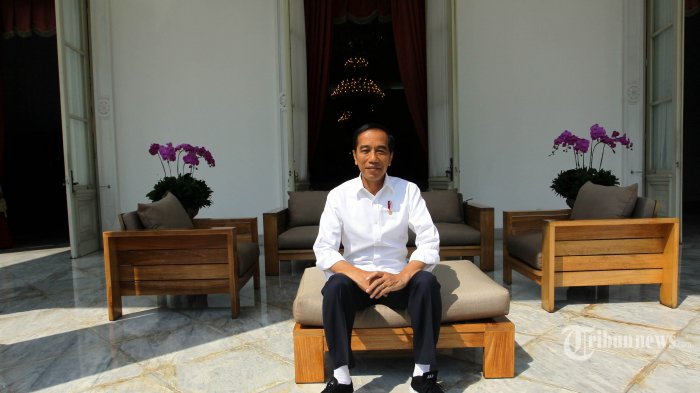 Presiden Joko Widodo berfoto usai melakukan sesi wawancara bersama Tribunnews.com di Istana Negara, Jakarta, Kamis (18/7/2019). Dalam kesempatan tersebut Presiden Jokowi memaparkan mengenai visi pemerintahannya dalam 5 tahun ke depan kepada tim Tribunnews.com. TRIBUNNEWS/DANY PERMANA