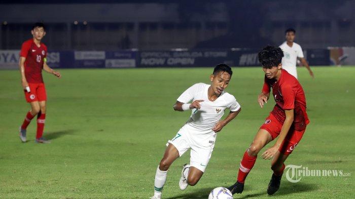 Pemain tim nasional Indonesia Beckham Putra Nugraha mencoba melewati pemain Hongkong pada laga kedua kualifikasi Piala AFC U-19 2020 grup K di Stadion Madya, Senayan, Jakarta Pusat, Jumat (8/11/2019). Pada laga tersebut Indonesia unggul dari Hongkong dengan skor 0-4. Tribunnews/JeprimaTribunnews/Jeprima