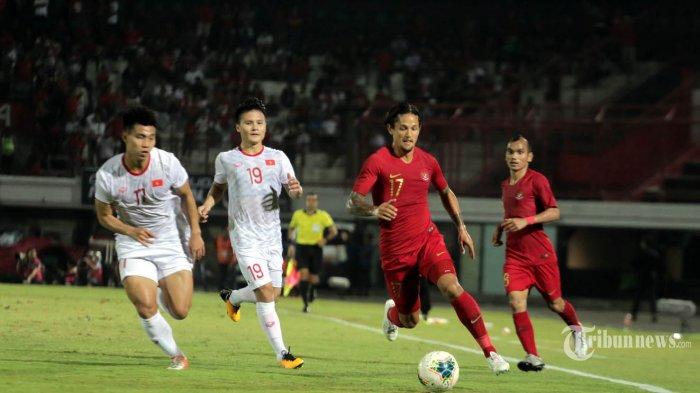 Pemain Timnas Indonesia Irfan Bachdim mencoba melewati pemain Timnas Vietnam dalam babak Kualifikasi Pra Piala Dunia Grup G di Stadion Dipta, Gianyar, Selasa (15/10/2019). Timnas Indonesia kalah 1-3 di kandangnya sendiri oleh Timnas Vietnam. Tribun Bali/Rizal Fanany