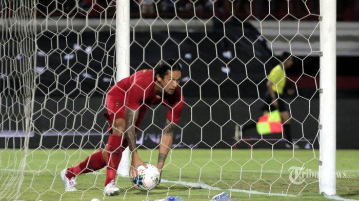 Pemain Timnas Indonesia Irfan Bachdim berhasil mencuri satu gol ke gawang Timnas Vietnam dalam babak Kualifikasi Pra Piala Dunia Grup G di Stadion Dipta, Gianyar, Selasa (15/10/2019). Timnas Indonesia kalah 1-3 di kandangnya sendiri oleh Timnas Vietnam. Tribun Bali/Rizal Fanany