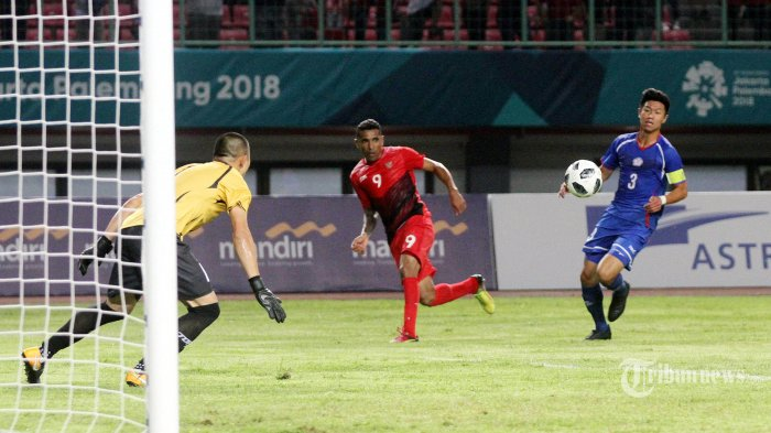 Pemain Timnas Indonesia Beto Goncalves (tengah) berusaha mencetak gol ke gawang Timnas Taiwan pada pertandingan Grup A Asian Games ke-18 di Stadion Patriot, Bekasi, Jawa Barat, Minggu( 12/8/2018). Indonesia dalam pertandingan perdananya melibas Taiwan 4 gol tanpa balas. TRIBUNNEWS/JEPRIMA