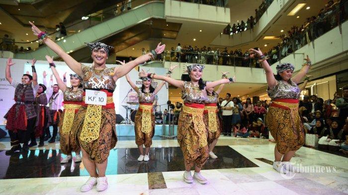 Penari berpakaian tradisional Indonesia menari dalam acara 'Indonesia Menari 2019' di Grand Indonesia, Jakarta, Minggu (17/11/2018).