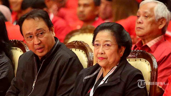 Kepala Pusat Analisa dan Pengendali Situasi Partai Prananda Prabowo mendampingi Ketua Umum DPP PDI Perjuangan Megawati Soekarnoputri saat menghadiri penutupan Rakernas I 2020 di Jakarta, Minggu (12/1/2020). Prananda Prabowo telah mengkaji dan merumuskan tema dan materi atas arahan Ibu Ketua Umum, yang kemudian ditindaklanjuti oleh Steering Committee Rakernas. Rekomendasi-rekomendasi yang telah diputuskan dalam Rakernas, wajib dijalankan oleh Tiga Pilar Partai (Struktur, Legislatif dan Eksekutif) di semua tingkatan, serta wajib ditindaklanjuti dalam Rapat Kerja Daerah dan Rapat Kerja Cabang. Di dalamnya termasuk pula Pembangunan Lima Prioritas Industri Nasional untuk mewujudkan Indonesia berdikari yang PDI Perjuangan perjuangkan, terdiri dari Industri Sandang, Pangan, Papan (khususnya Industri Pangan), Industri Kesehatan, Farmasi, dan Obat-obatan Tradisional, Industri Bahan Baku Industri, Industri Energi (khususnya Energi Baru dan Terbarukan), dan Industri Pariwisata. TRIBUNNEWS/HO