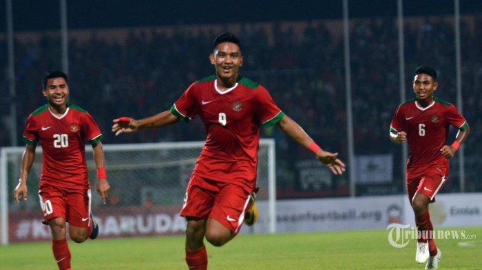 Aksi Pemain Muda (U-19) Indonesia, Muhammad Rafli Mursalim selakukan selebrasi usai Memasukan Bola kegawang Timnas U-19 Singapura di Stadion Gelora Delta Sidoarjo, Jatim. Selasa (3/7/2018) Indonesia Berhasil mengkantongi 4 Gol dari Singapura. (Surya/Sugiharto)
