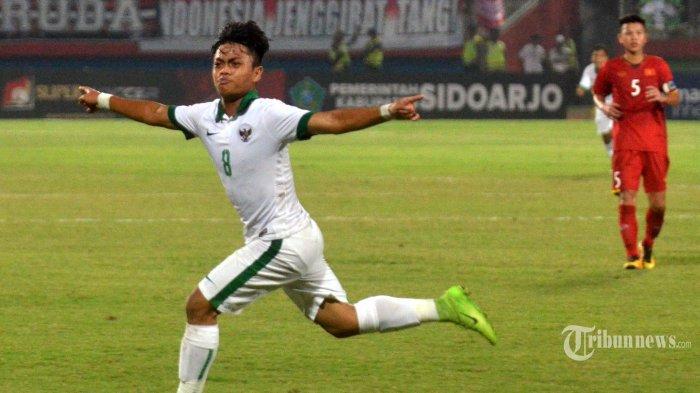 Pemain Timnas Indonesia U-16 Andre Oktaviansyah merayakan golnya ke gawang Timnas U-16 Vietnam dalam babak penyisihan Grup A Piala AFF U-16 2018 di Stadion Gelora Delta, Sidoharjo, Kamis (2/8/2018). Timnas Indonesia U-16 memuncaki klasemen Grup A setelah menghempaskan Timnas U-16 Vietnam 4-2. SURYA/SUGIHARTO