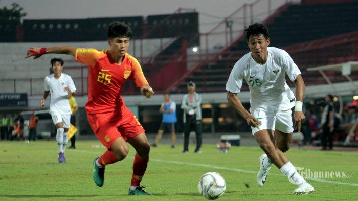 Pemain Timnas Indonesia U 19 Serdy Ephy berebut bola dengan pemain Timnas China U19 Tayier Xiaokaitijiang dalam pertandingan persahabatan di Stadion I Wayan Dipta, Gianyar, Minggu (20/10/2019). Timnas Indonesia U19 dikalahkan China U19 1-3. Tribun Bali/Rizal Fanany