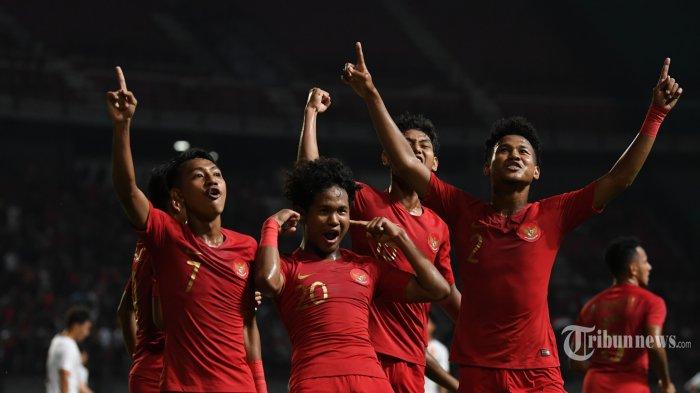 Pemain Timnas U19 Indonesia merayakan gol Bagus Kahfi saat laga persahabatan melawan timnas China U19 di Gelora Bung Tomo Surabaya, Kamis (17/10/2019). Indonesia memenangkan duel persahabatan atas China dengan skor 3-1. SURYA/SUGIHARTO