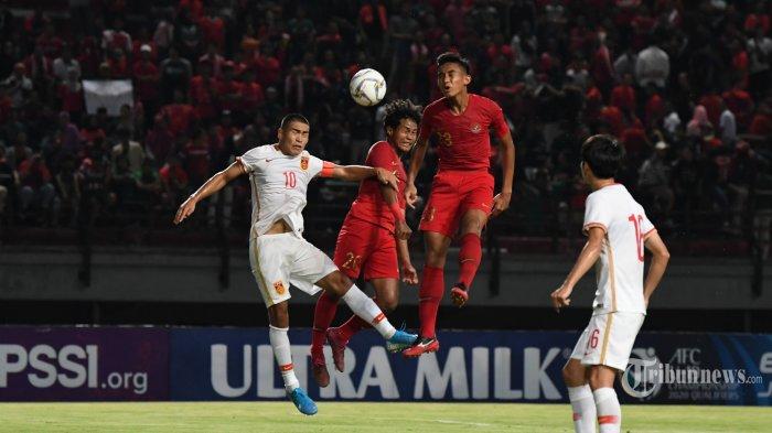 Pemain Timnas U19 Indonesia Bagus Kahfi (tengah) berduel dengan Timnas China U19 saat laga persahabatan melawan timnas Cina U19 di Gelora Bung Tomo Surabaya, Kamis (17/10/2019). Indonesia memenangkan duel persahabatan atas China dengan skor 3-1. SURYA/SUGIHARTO