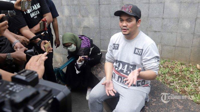 Presenter Indra Bekti ditemui usai menjadi bintang tamu di satu stasiun TV swasta di kawasan Tendean, Jakarta Selatan, Kamis (13/8/2020). Indra Bekti berencana menambah anak kembali namun kali ini menjalani proses yang alami tidak menggunakan proses bayi tabung. Tribunnews/Herudin
