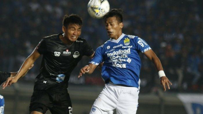 Indra Mustafa (kanan) berduel dengan pemain PS Tira Persikabo