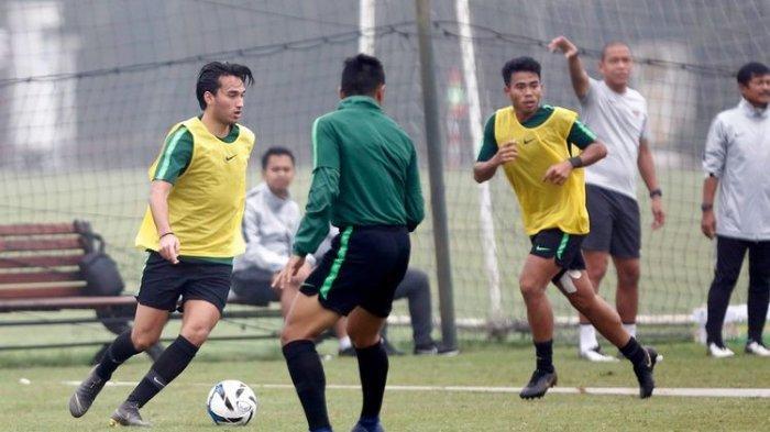 Indra Sjafri dan Nova Arianto memimpin latihan Ezra Walian, Nurhidayat, dan para pemain Timnas U-23 Indonesia jelang laga kualifikasi Piala Asia U-23 2020, 21 Maret 2019.
