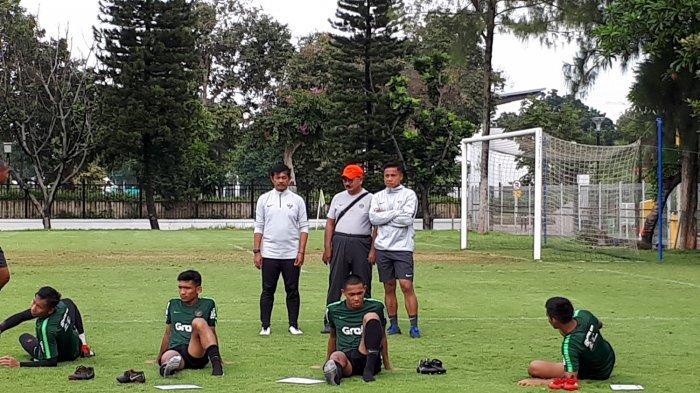 Pelatih Timnas U-23 Indonesia, Indra Sjafri (berdiri, kiri) memantau anak asuhnya berlatih di Lapangan A, Kompleks Gelora Bung Karno (GBK), Senayan, Jakarta Pusat, Kamis (14/3/2019) pagi.