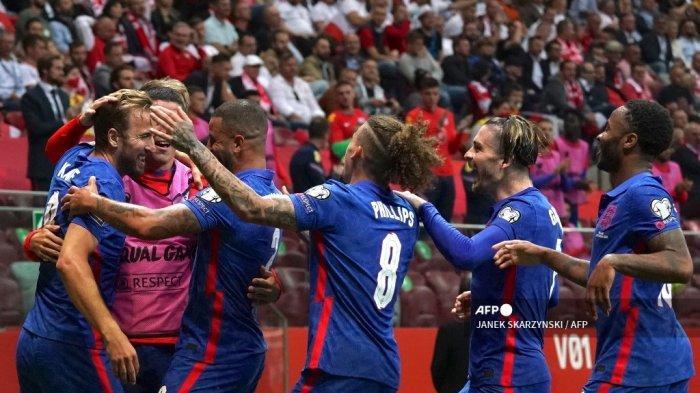 Pemain depan Inggris Harry Kane (ke-1) dirayakan oleh rekan satu timnya setelah mencetak gol 0-1 selama pertandingan sepak bola Grup I kualifikasi Piala Dunia Qatar 2022 Grup I antara Polandia dan Inggris di Warsawa, pada 8 September 2021.