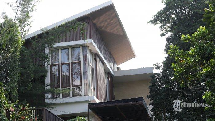 Suasana rumah di kawasan Simprug, Jakarta Selatan, yang merupakan tempat mantan Sekretaris MA Nurhadi Ditangkap, Selasa (2/6/2020). Tim Komisi Pemerantasan Korupsi berhasil menangkap mantan Sekretaris Mahkamah Agung (MA) Nurhadi dan menantunya, Rezky Herbiyono Senin (1/6/) malam, keduanya ditangkap saat KPK menggeledah rumah di kawasan Simprug, Jakarta Selatan. Tribunnews/Jeprima