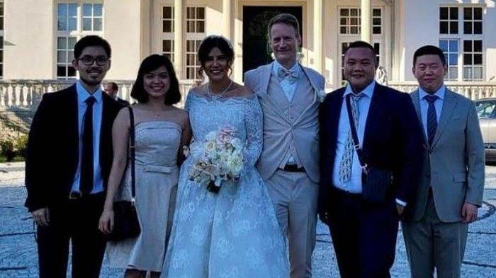 Foto pernikahan Rininta Christabella dan Dr. Ullerich pada 18 September 2021 di Starnbergsee Hideaway.