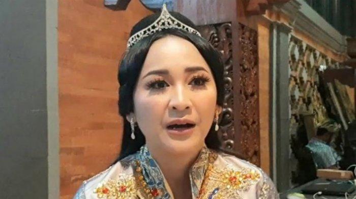 Inne Azri kepada Warta Kota ketika ditemui di lokasi syuting Raden Kian Santang, di TMIi Jakarta Timur, belum lama ini.