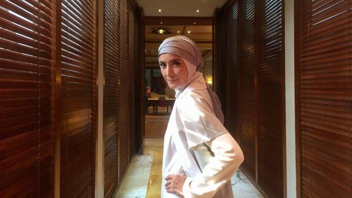 Menelusuri Rumah Mewah Inneke Koesherawati yang Bergaya Klasik dengan Pilar Raksasa dan Tangga Megah