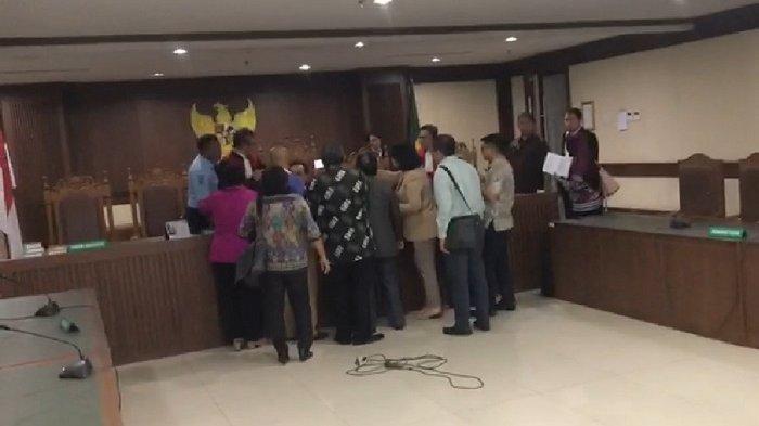 Insiden pemukulan dua orang hakim, HS (ketua) dan DB saat memimpin sidang di  Pengadilan Negeri Jakarta Pusat, Kamis (18/7/2019) sore.