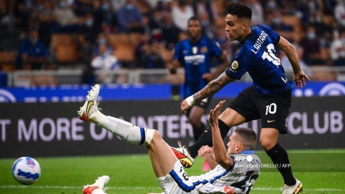 Penyerang Inter Milan Lautaro Martinez (kanan) berebut bola dengan bek Atalanta Turki Merih Demiral selama pertandingan sepak bola Serie A Italia antara Inter Milan dan Atalanta Bergamo di stadion San Siro di Milan, pada 25 September 2021.