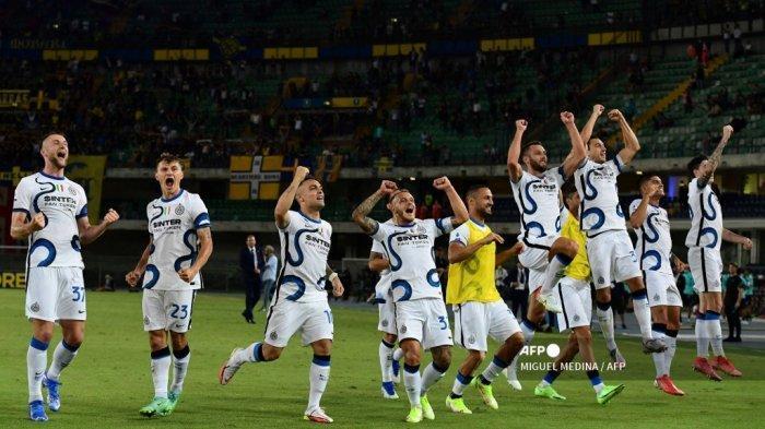 Selebrasi Inter Milan usai menang di akhir pertandingan sepak bola Serie A Italia antara Hellas Verona dan Inter Milan di stadion Marcantonio Bentegodi di Verona pada 27 Agustus 2021.