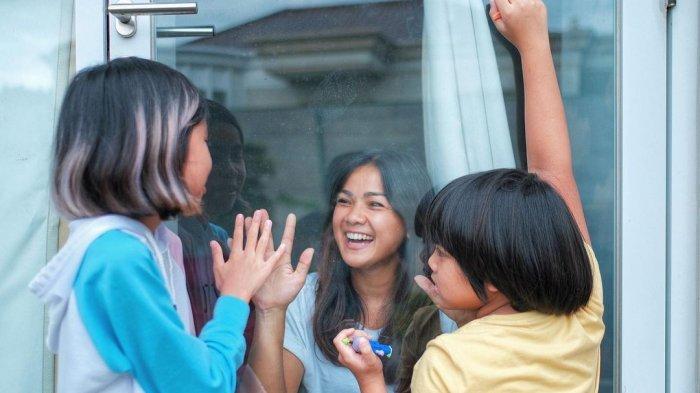 Interaksi Keluarga Terhalang Pintu Kaca, Nirina Zubir Masih Harus Isolasi Mandiri Akibat Covid-19
