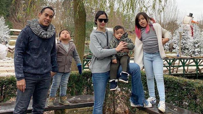 Intip Liburan Keluarga Nia Ramadhani, Main Ski Bersama hingga Kunjungi Pretpark Efteling
