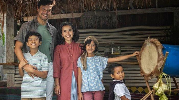Dibangun Selama 3,5 Tahun dengan Kayu Bekas Kapal, Intip Rumah Dwi Sasono dan Widi Mulia yang Bertemu Industrial Rustic