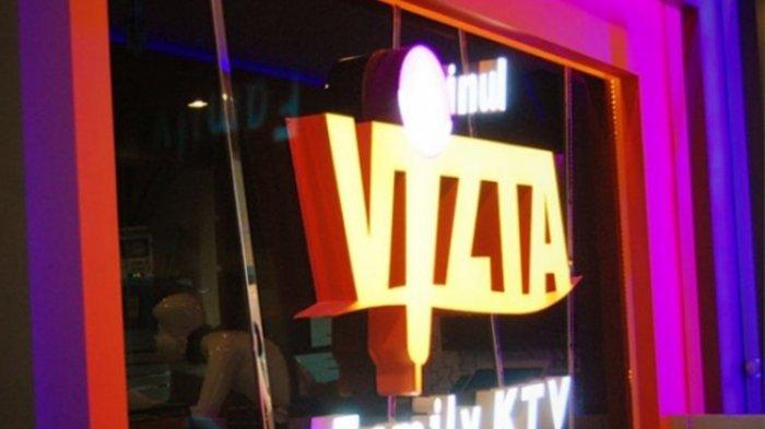 Ruangan karaoke Inul Vista Kediri dipasang garis polisi setelah ketahuan menyediakan penari stripris, Jumat (14/7/2017). SURYA/DIDIK MASHUDI