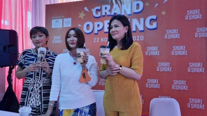 Inul Daratista bersama dua partner bisnisnya yakni Venny (kanan Inul) dan Lia (kiri Inul) saat grand opening Shake A Shake di kawasan Serpong Tangerang, Jawa Barat, Minggu (22/11/2020).