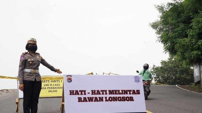 Kasat Lantas Polres Lombok Barat Iptu Rita Yuliana menunjukkan rambu-rambu di lokasi longsor, di Senggigi, Lombok Barat, Sabtu (6/2/2021).