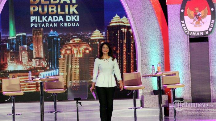 Moderator Ira Koesno saat memimpin debat Pilkada DKI Jakarta putaran kedua di Hotel Bidakara, Jakarta, Rabu (12/4/2017). Ira Koesno kembali menjadi Moderator untuk kedua kalinya dalam debat yang bertemakan 'Dari Masyarakat Untuk Jakarta' serta adanya pertanyaan dari berbagai komuitas yang diundang oleh KPU DKI Jakarta. TRIBUNNEWS/IRWAN RISMAWAN