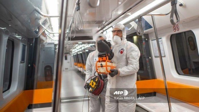 FOTO ILUSTRASI - Karyawan Kota Istanbul mengenakan alat pelindung di gerbong kereta bawah tanah untuk mencegah penyebaran COVID-19, yang disebabkan oleh virus corona, di Istanbul pada 12 Maret 2020.