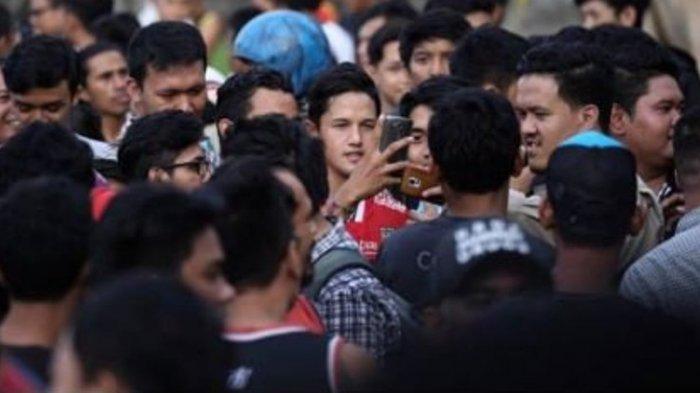 Irfan Bachdim Dikerumuni fans Bali United
