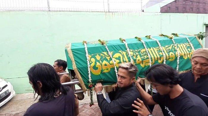 Irfan Hakim ikut angkat keranda jenazah Ria Irawan