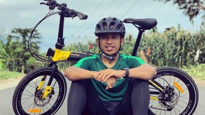 Irfan Jaya, memilih mengisi libur dengan bersepeda di kampung halamannya, Kabupaten Bantaeng, Sulawesi Selatan, Maret 2020.