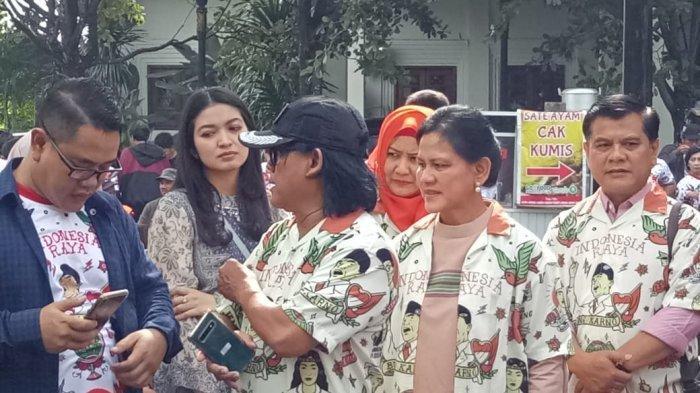 Ibu Negara Iriana Jokowi dan Selvi Ananda tampak ikut mengantar Gibran Rakabuming Raka untuk mendaftar calon wali kota ke DPD PDI Perjuangan, Kamis (12/12/2019) pagi.