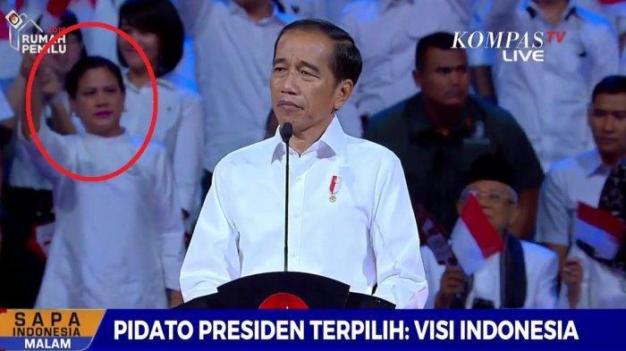 Iriana Jokowi melakukan hal ini saat Jokowi berpidato sebagai presiden terpilih dalam acara Visi Indonesia.