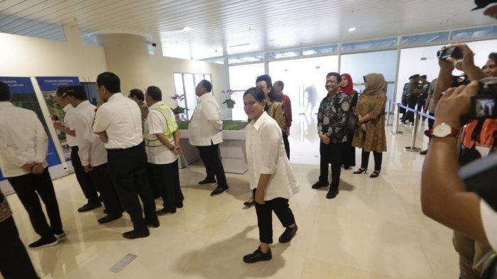 Iriana Jokowi mengenakan kemeja putih, celana panjang hitam dan sepatu hitam tanpa aksesoris saat mendampingi Presiden Jokowi dalam kunjungannya ke Bandara YIA pada Kamis (29/8/2019) (Tribunjogja.com | Hasan Sakri)