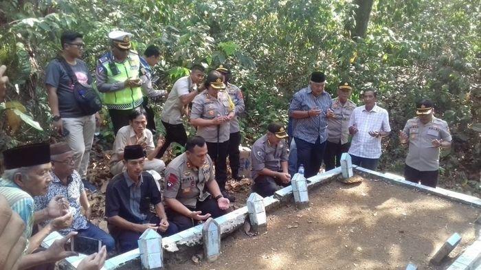 Terpilih Jadi Ketu KK Irjen Pol Firli Nyekar ke Makam Orang Tuanya