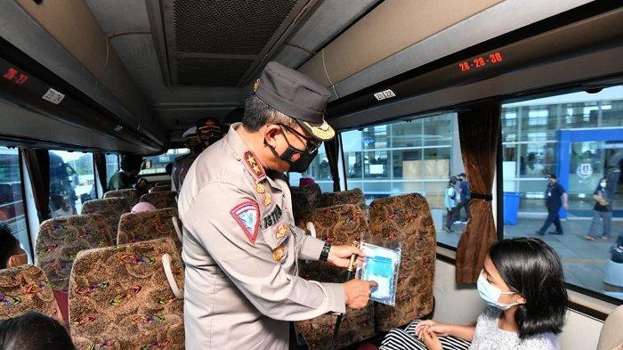 Kakorlantas Polri Irjen Pol Istiono saat mengecek penerapan protokol kesehatan di Terminal Pulogebang, Jakarta Timur, Selasa (9/2/2021).